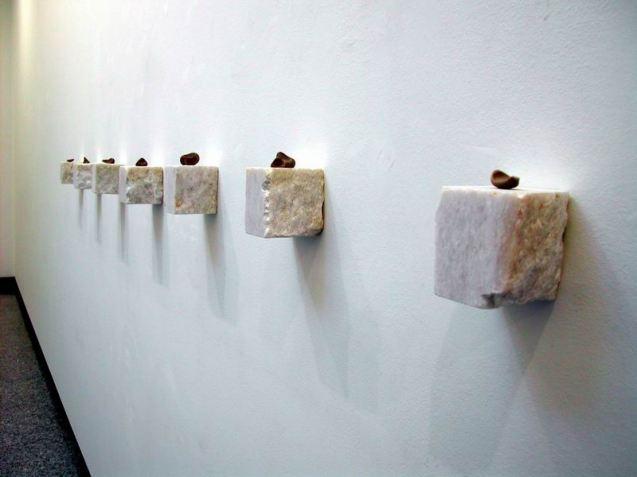 Paolo Icaro, Sette interdigitali 2006 marmo di Carrara e creta cm12x200x10